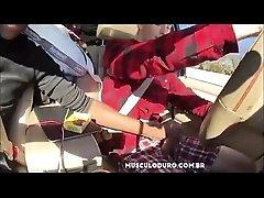 Punhetando o amigo no carro - musculoduro.com.br