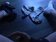 Junge wichst auf seine Sportsocken
